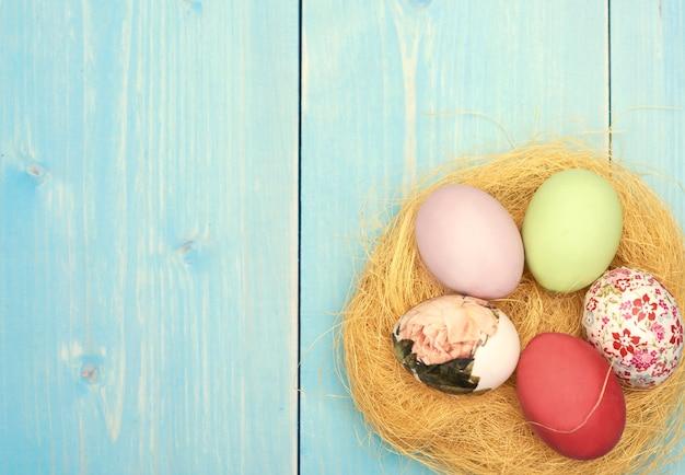 隅にイースターの卵がある巣