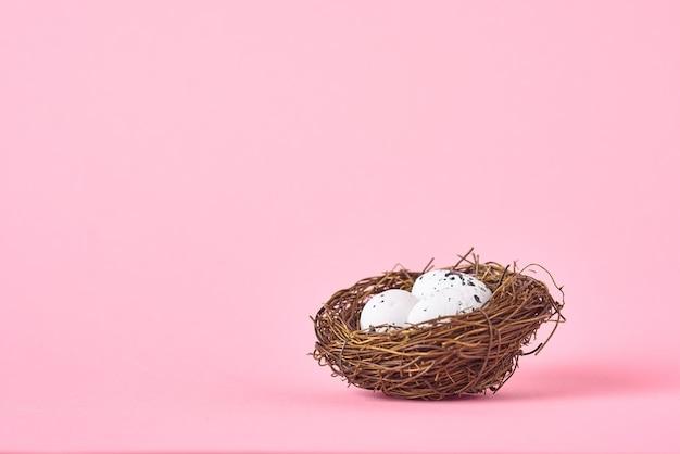 분홍색에 흰 계란과 둥지