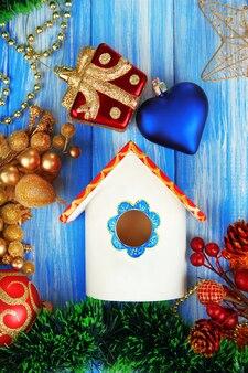 青い表面に巣箱とクリスマスの飾り