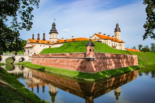 Nesvizh, 벨로루시. 여름 날에 아름다운 중세 성곽의 전망.