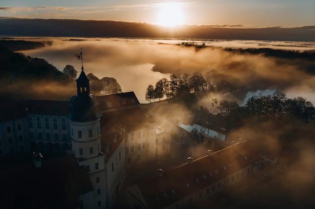 ネスヴィシ城はベラルーシのネスヴィシにあるラジヴィウ家の住宅城で、夜明けに上から美しい景色を眺めることができます。