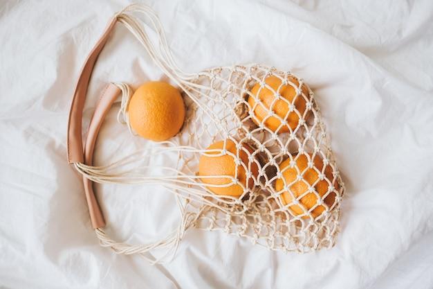 Чистая эко-сумка со свежими апельсинами