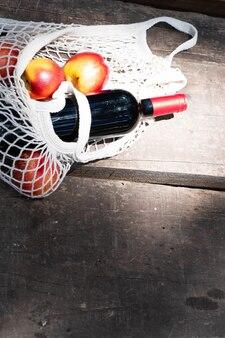 Чистая сумка-шоппер с бутылкой красного вина