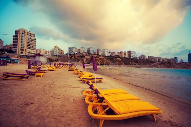 Город нетания на закате, морское побережье. израиль.