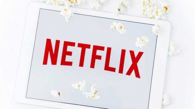 Netflixロゴ付きタブレットの近くのポップコーン