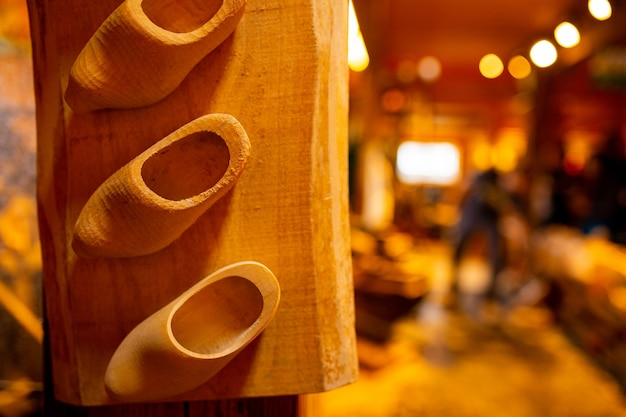 Сувенирная деревянная обувь из нидерландов в кекенхоф, голландия