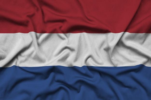 オランダの旗は、多くのひだのあるスポーツ布地に描かれています。