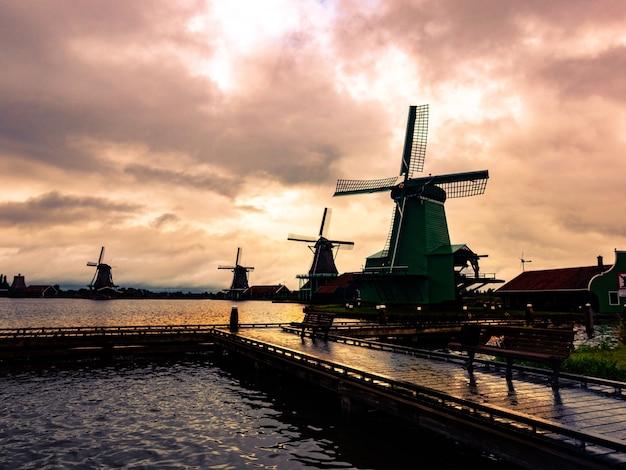 日没時のオランダの心の壁