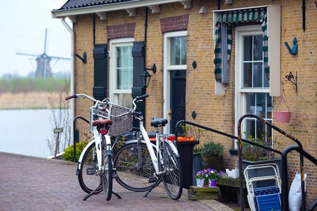 네덜란드. kinderdijk 거리에 바구니가 서 있는 복고풍 자전거