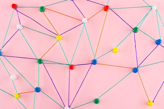 Concetto di rete con vista dall'alto del filo colorato
