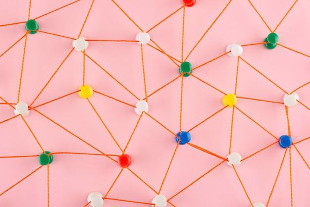 Concetto di rete con vista dall'alto del filo rosso