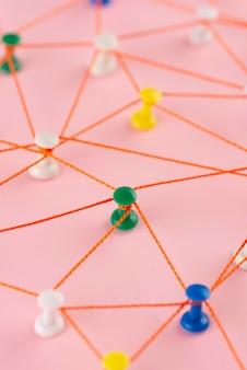 Concetto di rete con filo rosso