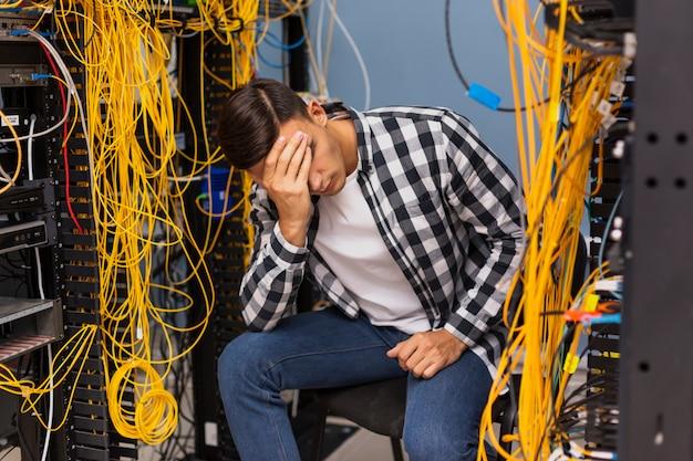 Ingegnere di rete che si siede sulla stanza del server