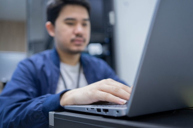 Сетевая инженерия человек печатает на клавиатуре ноутбука для настройки командного программного обеспечения