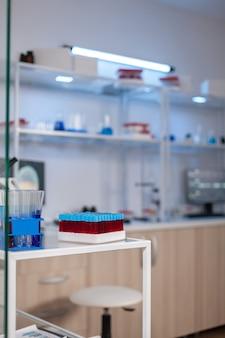神経の治療革新のために準備された近代的な設備を備えた誰もいない神経内科クリニック。実験室での科学研究のためのハイテクおよび微生物学ツールを使用するシステム。