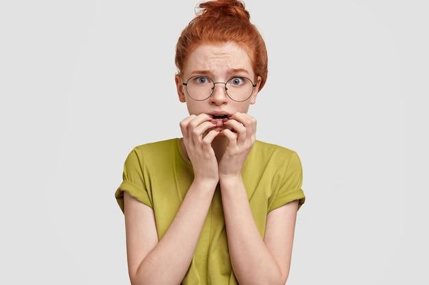 そばかすのある肌を持つ神経症のセクシーな女性