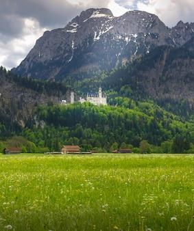 노이 슈반 슈타인 성은 거친 언덕에있는 19 세기 로마네스크 리바이벌 궁전입니다