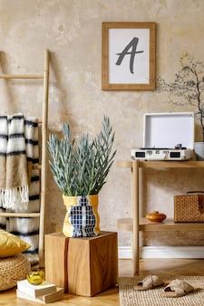 Нейтральная композиция интерьера гостиной с коричневой фоторамкой, дизайнерской деревянной консолью, растениями в хипстерском горшке, декором, книгой, стеной в стиле гранж и личными аксессуарами.