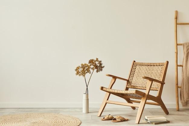 デザインの木製アームチェア、丸いカーペット、花瓶のドライフラワー、スリッパ、装飾、エレガントなパーソナル アクセサリーを備えたリビング ルームのインテリアのニュートラルなコンセプト.コピー スペース。