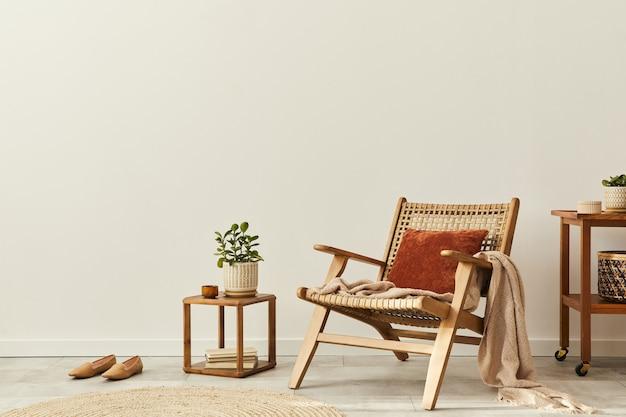 デザインの木製アームチェア、丸いカーペット、花瓶のドライフラワー、スリッパ、装飾、エレガントなパーソナルアクセサリーを備えたリビングルームのインテリアのニュートラルなコンセプト。レンプレート。スペースをコピーします。