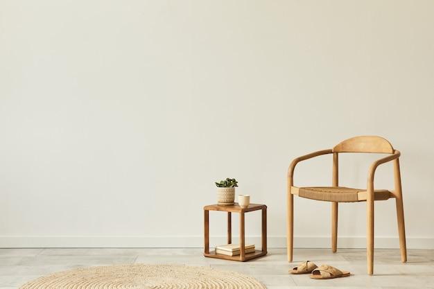 デザインの木製の椅子、丸いカーペット、一杯のコーヒー、スツール、スリッパ、装飾、エレガントなパーソナルアクセサリーを備えたリビングルームのインテリアのニュートラルなコンセプト。レンプレート。スペースをコピーします。