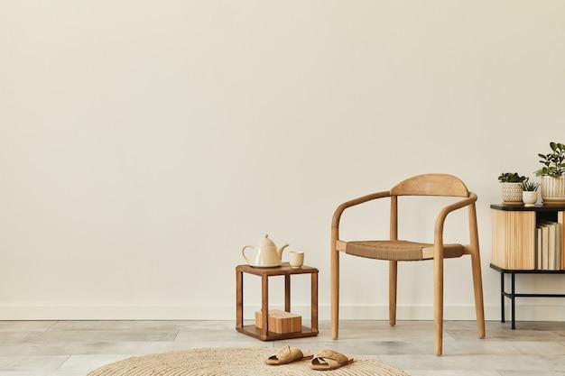 デザインの木の椅子、丸いカーペット、コーヒー、トレイ、スツール、スリッパ、装飾、エレガントな個人用アクセサリーを備えた、リビング ルームのインテリアのニュートラルなコンセプト