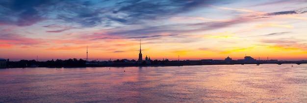 Невская река на рассвете. санкт-петербург