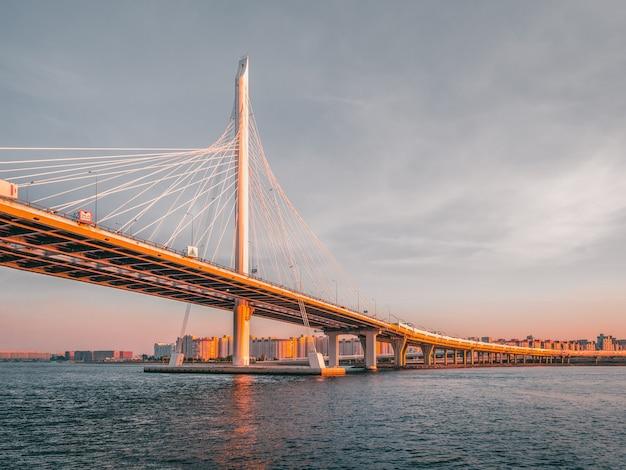 サンクトペテルブルクのネヴァ川モダンなデザインのコンクリート橋が水上を支えています