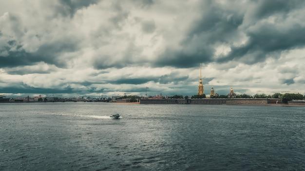 2020年6月に観光船のないサンクトペテルブルクのネヴァ川。市は検疫中です。