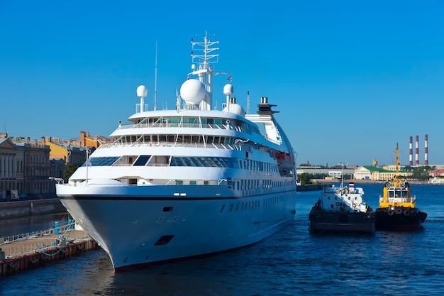 Nevaの白いクルーズ船。セントピーターズバーグ