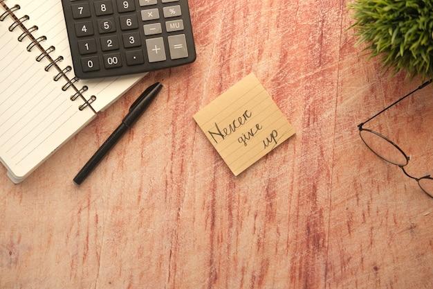 테이블에 스틱 메모에 단어를 포기하지 마십시오