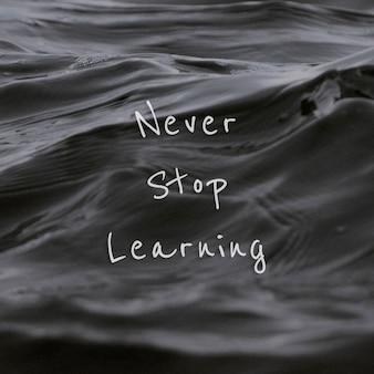 Non smettere mai di imparare la citazione su uno sfondo di onde d'acqua