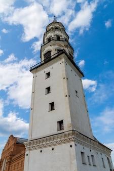 18世紀の歴史的建造物であるネビャンスカヤピサの斜塔。