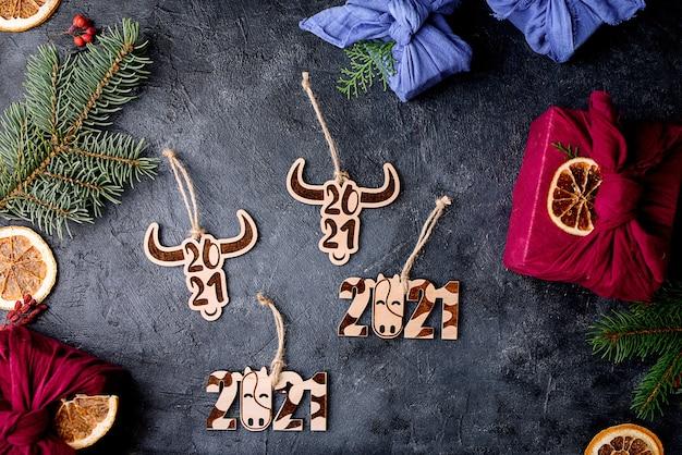 新しい2021年は雄牛です。新年のシンボルの形をしたクリスマスツリーの木のおもちゃ。エコおもちゃ。新年の内容