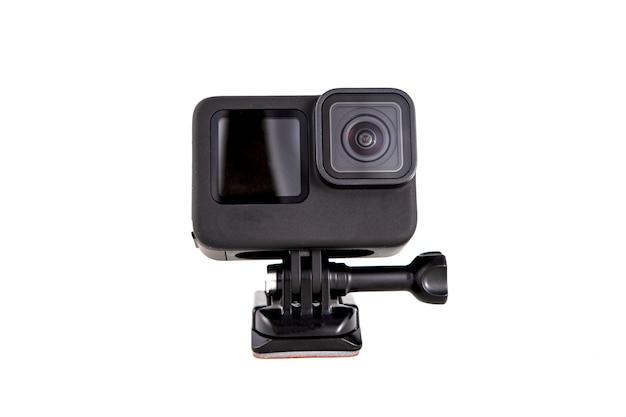 黒色のサクションマウントに搭載された新しい4kアクションカメラ。白い背景で隔離