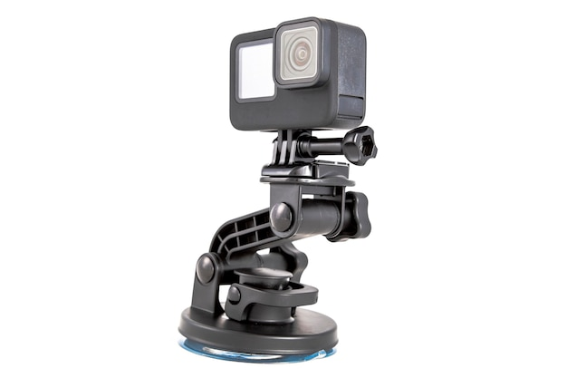 三脚に取り付けられた新しい4kアクションカメラ。黒色で。白い背景で隔離