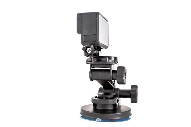 三脚に取り付けられた新しい4kアクションカメラ。黒色で。白い背景で隔離 Premium写真