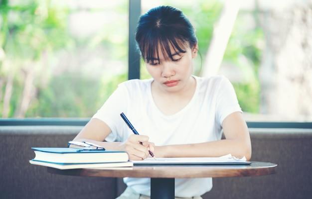 Новый бухгалтерский персонал учится понимать бухгалтерские задачи. концепции бухгалтерского учета