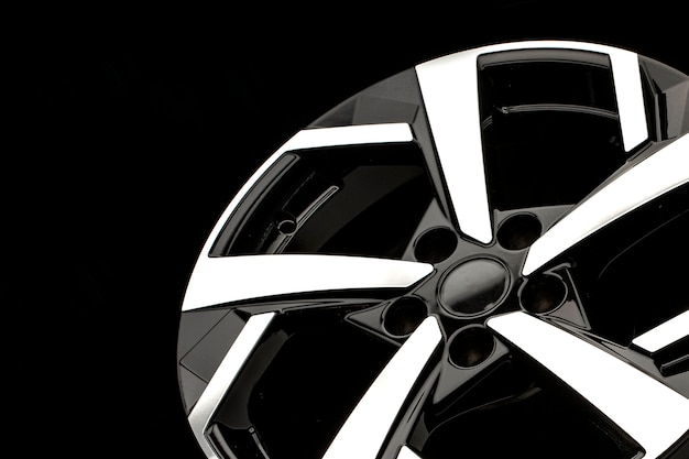 검정색 배경에 새로운 합금 바퀴. 세련되고 아름답습니다. 자동차 부품 및 자동 튜닝.