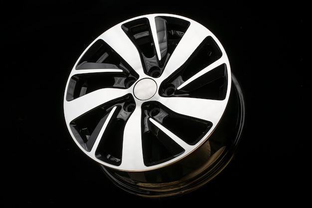 黒の背景に新しい合金ホイール。スタイリッシュで美しい。自動車部品とオートチューニング。
