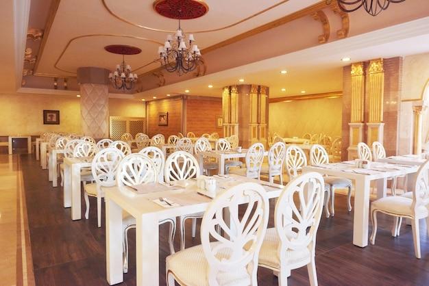 ヨーロピアンスタイルの新しくてきれいな高級レストラン。アマラドルチェヴィータラグジュアリーホテル。リゾート。ケメロボ・ケメル。七面鳥
