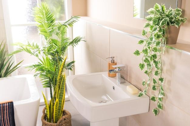 욕실에 세라믹 싱크가있는 새롭고 현대적인 스틸 수도꼭지