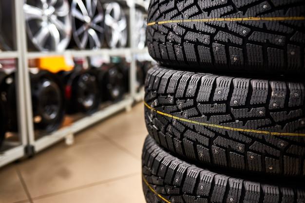 ストアラックの新品および中古の自動車用タイヤ。自動車サービスにおけるタイヤのクローズアップ写真