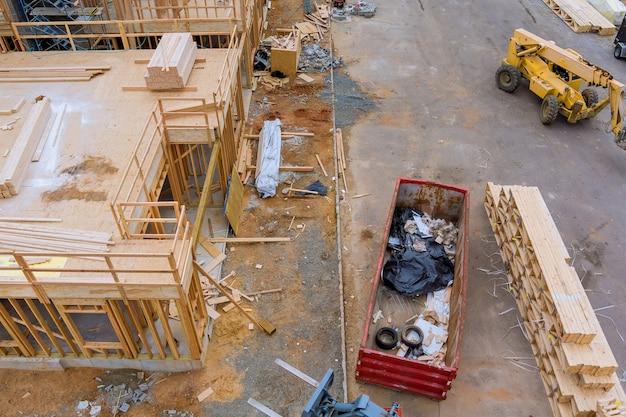 Новые квартиры в стадии строительства дома в застройке жилого дома из деревянных строительных материалов, штабеля досок, деревянного каркаса, бруса.