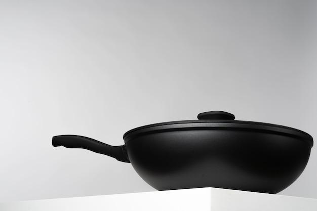 회색 표면에 대한 새로운 검은 프라이팬
