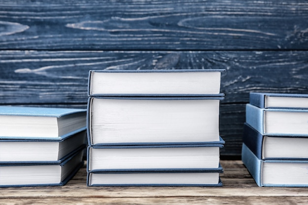 木製の背景に関する新しい本