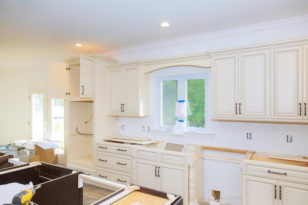 Новый шкаф в доме улучшения вид кухни установлен из установки базовой мебели ящик в шкафу.