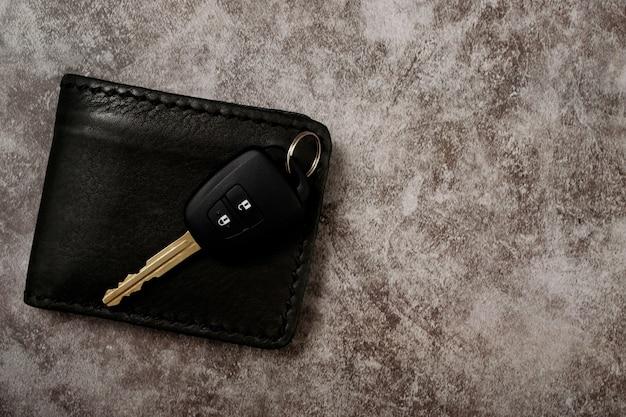 Новые ключи от машины и кошелек с проблемами автокредитования