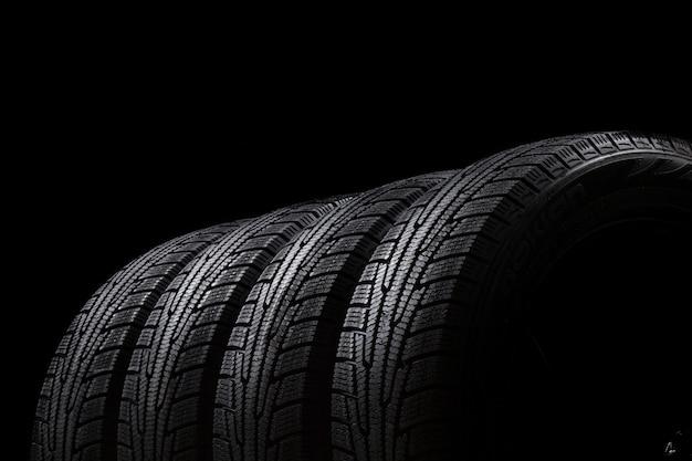 Новые автомобильные шины на черном фоне