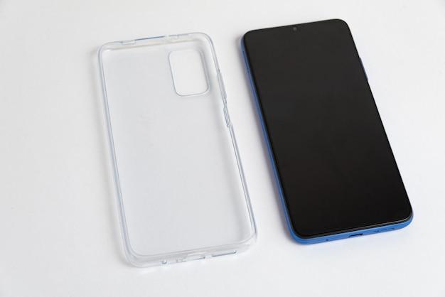 孤立した白い背景の上に透明なカバーを持つ新しい携帯電話